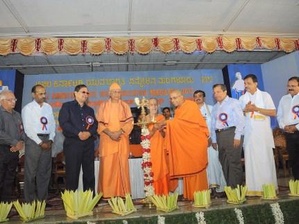 0032 Sri Sri Vishweshateertha Swamiji, Sri Pejawar Math, Udupi Inaugurating the convention