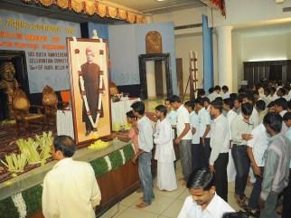 0052 Floral offering to Swamiji by delegates