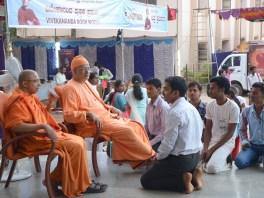 0168 Students intaracting with Srimat Swami Vishwatmanandaji Maharaj