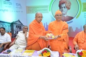 Swami Suviranandaji presented memento
