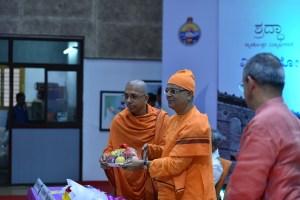 Swami Jitakamanandaji honouring Swami Suviranandaji