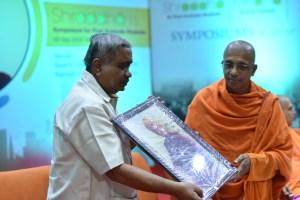 Swami Jitakamanandaji presenting memento to Sri Vijay Sankeshwar
