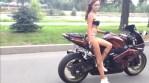 Tahle holka to na motorce umí líp než spousta chlapů!