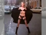 Ursula-Andress-co-delat-kdyz-nemuzete-prejit-silnici-video