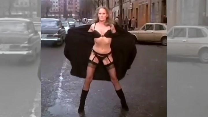 Co dělat, když jste sexy ženská a nemůžete přejít silnici?