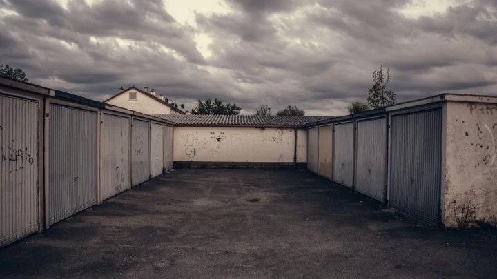 Staré garáže jsou lukrativní zboží, v Praze se prodávají i za půl milionu