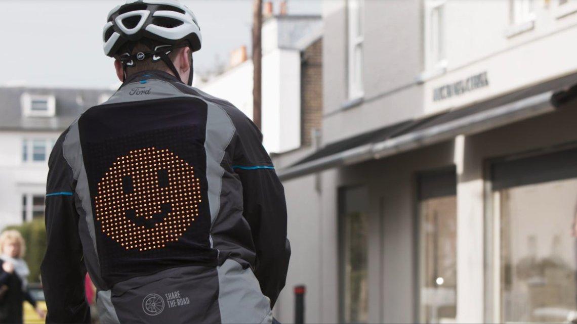 """Emoji bunda pomáhá cyklistům a řidičům """"dělit se o silnici"""""""