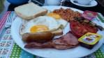 Průzkum ukázal, jak snídají Češi. Nejčastěji to je o samotě a dají si pečivo s uzeninou