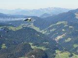 Nové sféry elektrické mobility: první let s elektrifikovaným wingsuitem za podpory BMW i