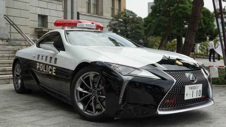 Japonská dopravní policie stíhá řidiče v novém Lexusu LC