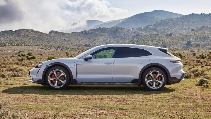 Porsche Taycan Cross Turismo se představuje. Elektromobil určený i mimo silnici s jízdními koly