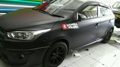 wrapping stiker mobil | Toyota Yaris hitam doff | mangele stiker 081227722792