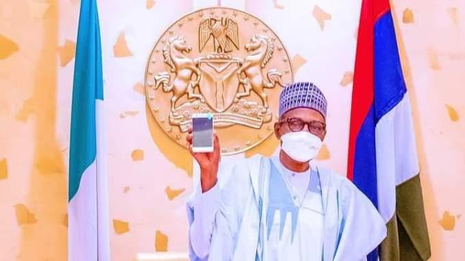 HOTO: Tsakanin Buhari da wayar salula ƙirar farko a Nijeriya