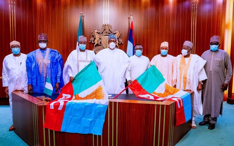 Buhari ya miƙa tutar jam'iyya ga gwamnonin da suka sauya sheƙa zuwa APC