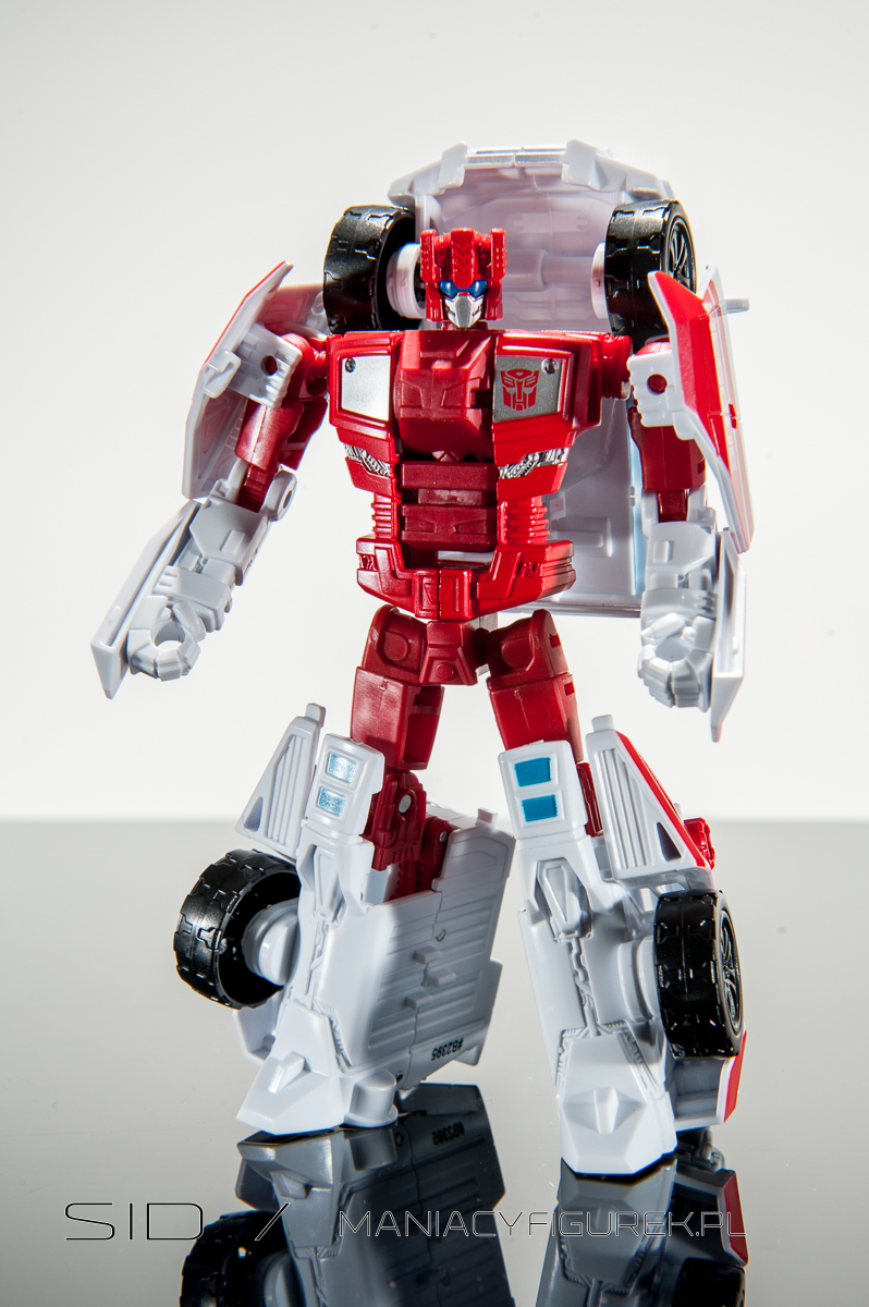 transformers combiner wars first aid robotmode