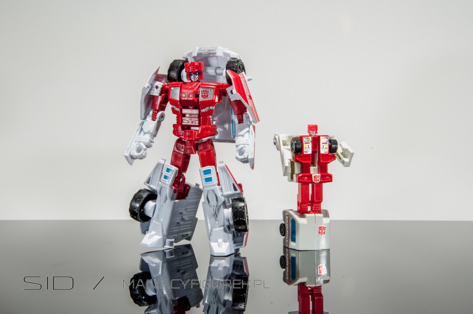 transformers combiner wars first aid robotmode vs g1 first aid