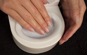 美しさと爪の健康のために、少なくとも月に4回熱いマニキュアをしなさい。