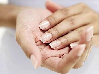 熱いマニキュアは爪や手の皮に有益な効果を持っています