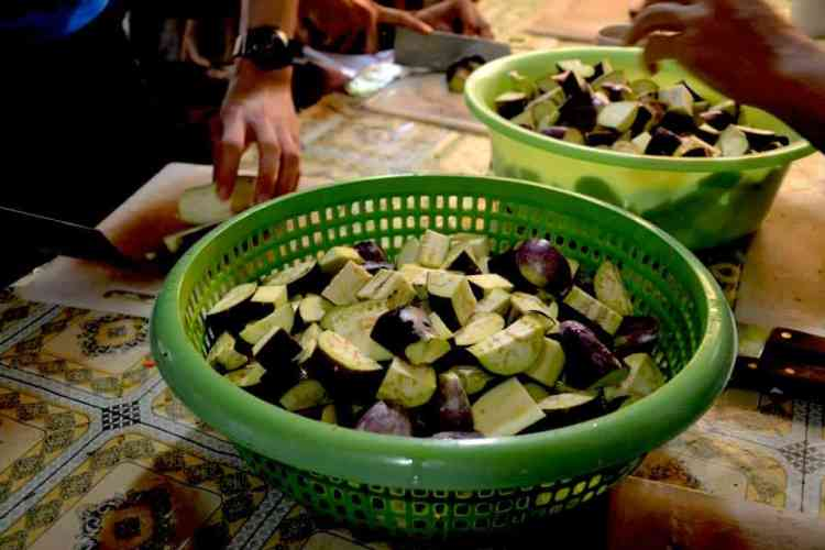 Eggplant cut for Cambodian soup - #volunteerinasia #volunteerincambodia maninio.com
