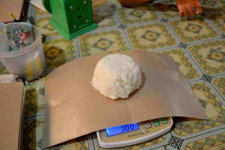 Sticky rice preparation for poor kids - #volunteerinasia #volunteerincambodia maninio.com