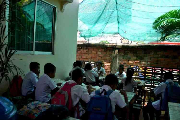 Volunteer in Cambodia, school kids having lunch - Siem Reap - #volunteerinasia #volunteerincambodia maninio.com