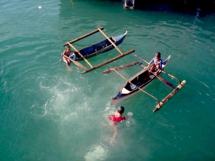 Poor children hunting for money in Philippines. maninio.com #tourismphilippines #visitcamiguin