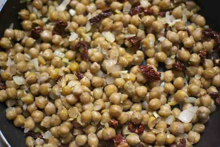 chickpeas-with-spinach-and-dried-tomatoes_sauteing