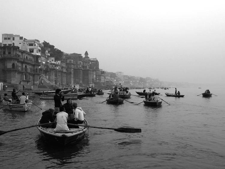 Βαρανάσι (Ινδία): Ανάμεσα στην ζωή & στον θάνατο. Ξημερώματα στον Γάγγη ποταμό. maninio.com