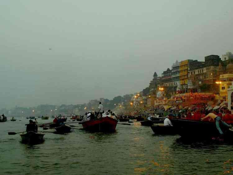 Βαρανάσι (Ινδία): Θέαν στα ιερά γκάτς μέσα απο βάρκα στον ποταμό. maninio.com