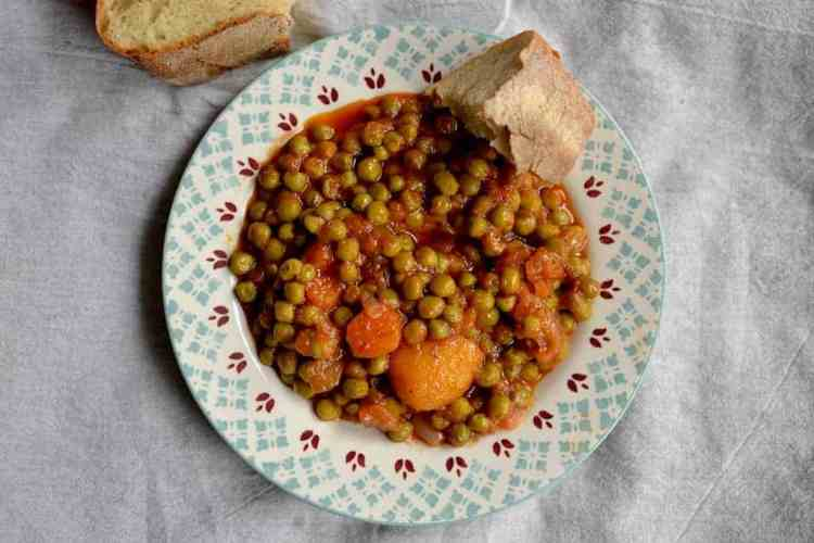 Eat as a vegan in Greece, peas with potatoes #veganpeas #greekvegan