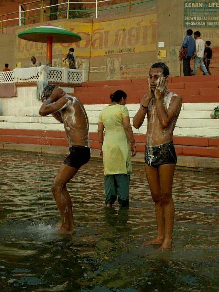 Βαρανάσι στην Ινδία, καθαρισμός στον ποταμό. maninio.com