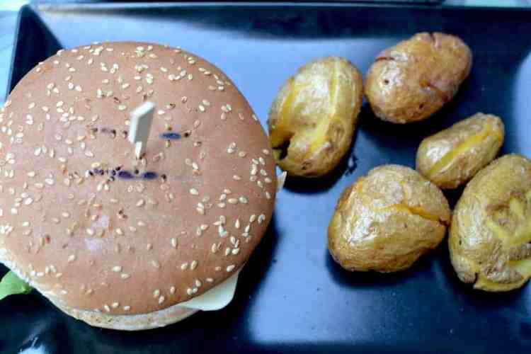 Χορτοφαγική & Βίγκαν Κουζίνα - Μπέρκερ με πατάτες στο Roots, Θεσσαλονίκη. maninio.com