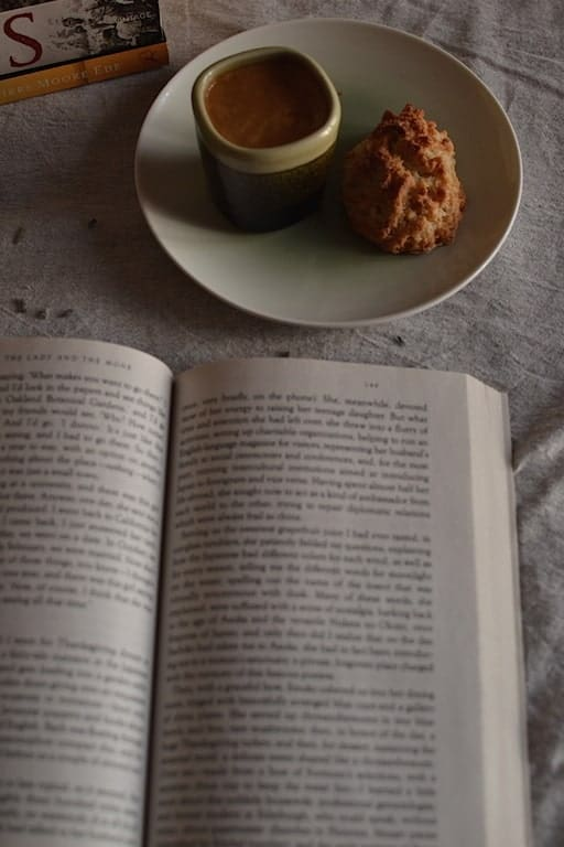 Coffe, cookies and books. maninio.com  #travelcoffee #coffeelove