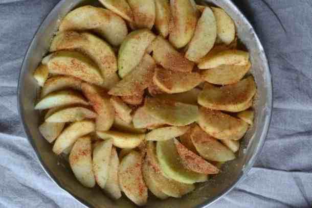 Upside-down Vegan sugar Apples cinnamon pie maninio.com - Vegan #veganapplepie #veganpies