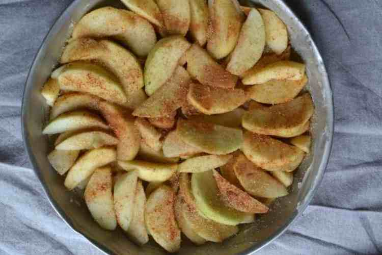 Νηστίσιμη, Βίγκαν Ανάποδη Μηλόπιτα, μήλα πριω το ψήσιμο maninio.com #veganapplepies #βίγκανμηλόπιτες