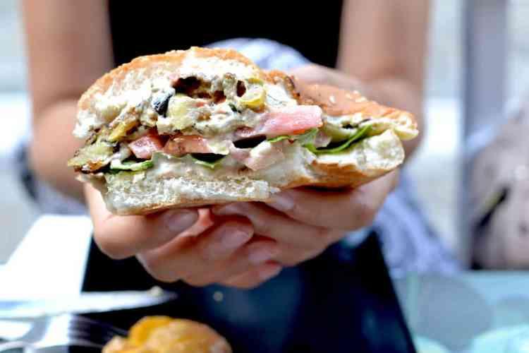 Burger at Roots, Thessaloniki. maninio.com #veganfoodingreece #greekvegan
