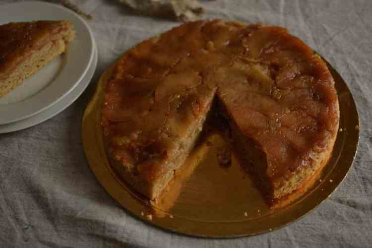 Upside-down Vegan Apple pie cut in pieces maninio.com - Vegan #veganapplepie #traditionalapplepies