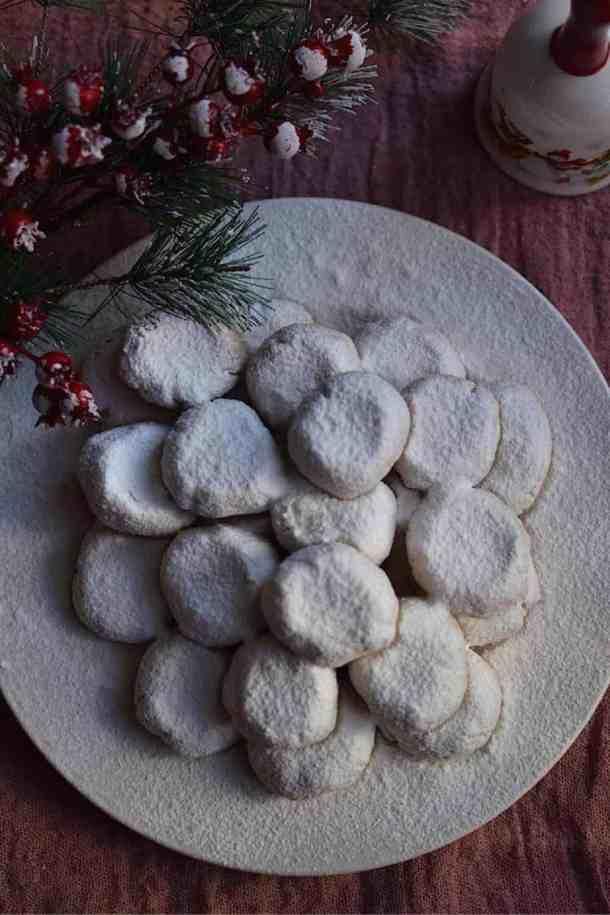 Best 20+ New Year's Menu Ideas | Lunch and Dinner | Vegan. Traditional Greek Kourabiedes. maninio.com #vegansweets #veganchristmasdesserts