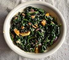 Σαλάτα με σπανάκι και πορτοκάλι, βίγκαν και χωρίς γλουτένη. maninio.com