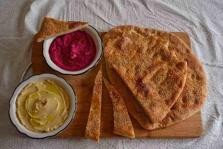 Χούμους με Σπιτική Λαγάνα με γλυκάνισο και Πρόταση σερβιρίσματος maninio.com