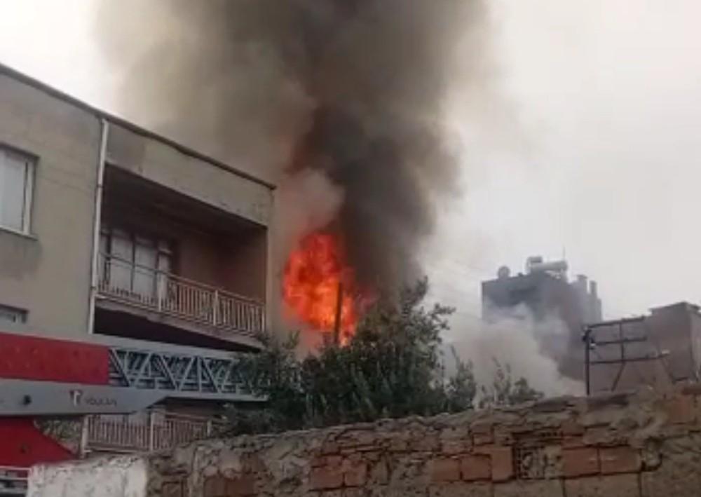 Alevlerin içinden yaşlı adamı çekip kurtardı