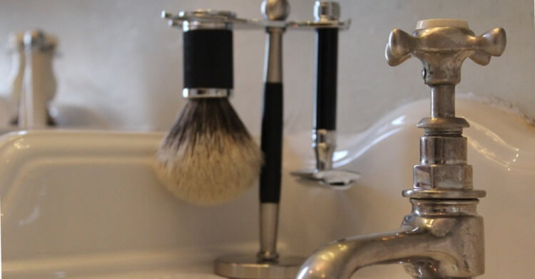 Safety razor shaving kit with de safety razor and shaving brush