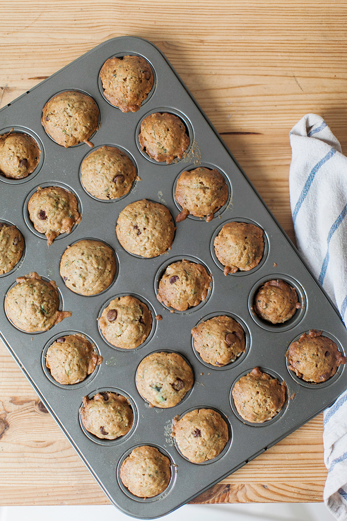 Easy Zucchini Chocolate Chip Muffins | More on Mannaparis.com