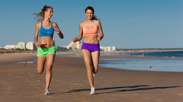 Mädchen beim Joggen am Strand