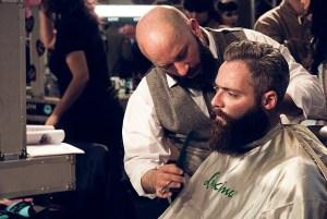 Mann mit Bartkamm