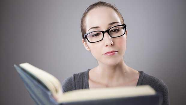 Süßes Mädchen liest ein Buch