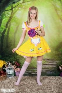Lulya-knappe-blonde-tiener-kleedt-zich-uit-002