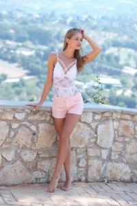 Tiffany Tatum geniet buiten van het zonnetje