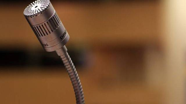 Microphone symbolizing public speaking; five characteristics you need to be a good public speaker