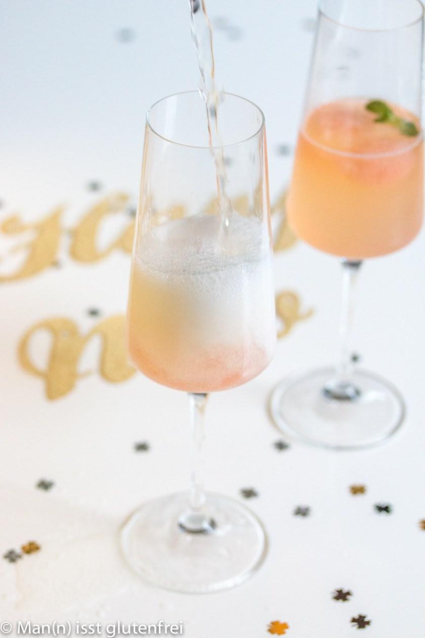 Champagner auf das Sorbet gießen